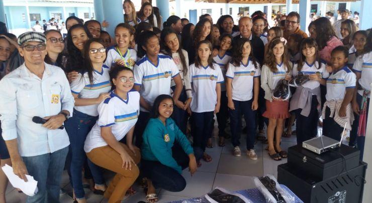 Prefeitura entrega calçados para alunos da rede municipal