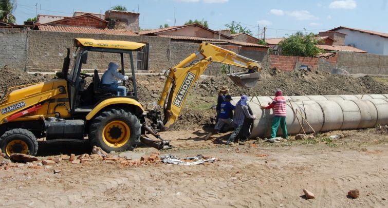 construção de um canal na comunidade Conjunto Nova Esperança